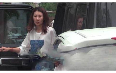 王宝强女友曝光,脸部浮肿很憔悴,开60万豪车,满身的奢侈品