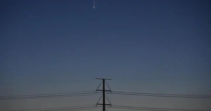 尼欧怀兹彗星现身拉斯维加斯天际