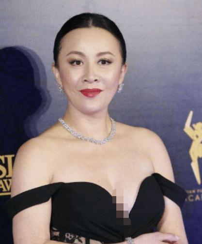 """同穿""""滑肩""""礼服,为何刘嘉玲贾静雯完全不同?"""