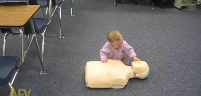 小婴儿见到假人时的奇特超龄举动,下一秒让妈妈惊讶!