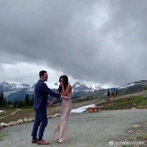 在雪山之夏,两个新人正在拍摄婚纱照,当准新娘回头时……