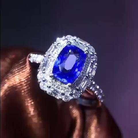 矢车菊蓝宝石戒指,色泽浓郁满火彩,靛蓝中蕴藏着日月星辰……