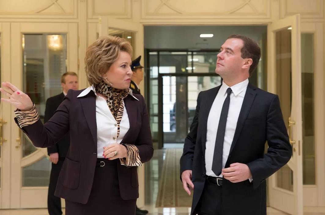 俄联邦委员会主席谈梅德韦杰夫的未来:他不会自动成为终身议员