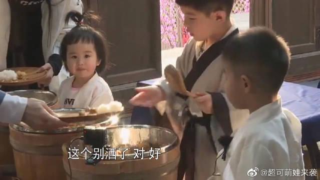 包文婧手指受伤,饺子心疼得连饭都不吃了,包文婧太感动!