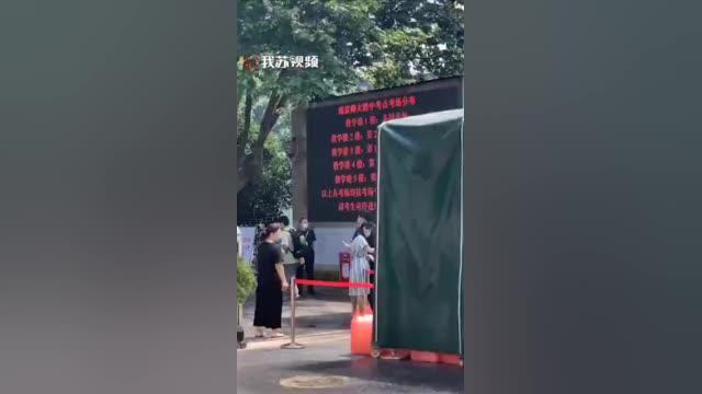 南京 葛军被拍到目送考生进考场
