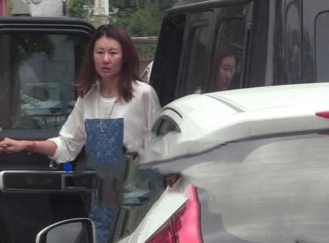 王宝强女友开豪车现身,马蓉扬言敢结婚就开闹,梁静茹给的勇气?