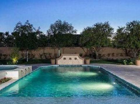 菲尔普斯豪宅家里有两个游泳池