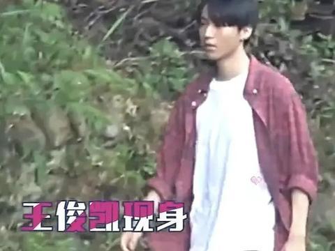 王俊凯穿衬衫拍年代戏,为扮农村娃脸上涂得黑漆漆,和脖子俩颜色