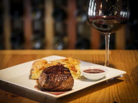 第一次西餐厅吃牛排,说了3个字被服务员嘲笑,网友:换我也会笑