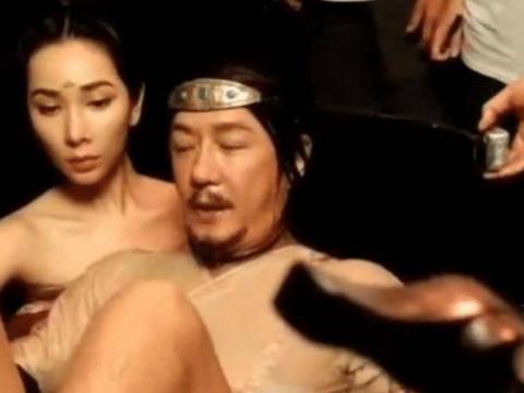 """陈浩民和女演员拍""""水桶戏""""!50多岁不用替身,太敬业了"""