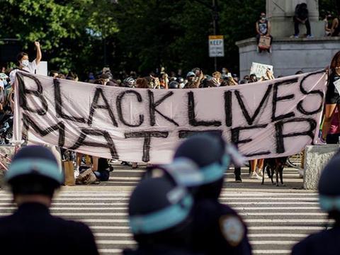 特朗普痛批纽约市官员,给黑人武装开绿灯,是对美国执法部门冒犯