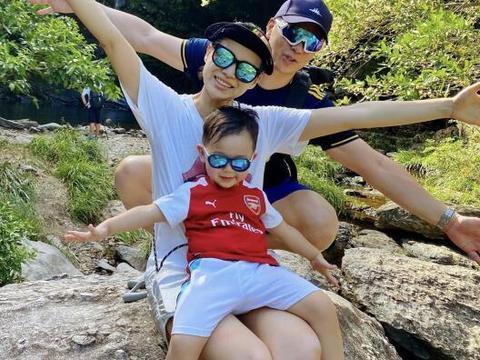 胡杏儿夫妇带儿子陪公婆爬山,奕霆仔戴墨镜超帅,胡杏儿长腿逆天