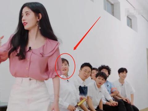 《青春环游记》鞠婧祎穿短裙面试,贾玲的表情亮了,信息量有点大