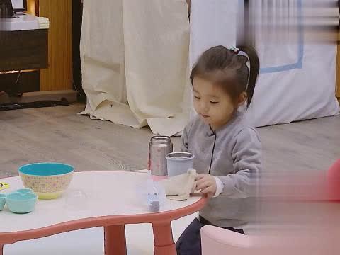 贾静雯给女儿们做午饭无从下手,看到冰箱上老公留的便利贴感动