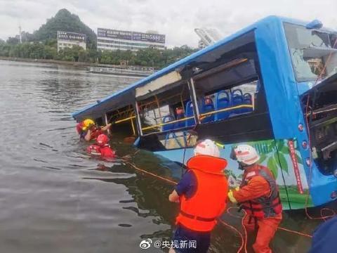 贵州公交坠湖新闻采写遗漏哪些环节?谁去采访过司机的家人和邻居