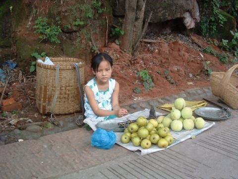 农村十岁女孩路边摆摊,为了帮家里补贴家用,她们不敢奢求空调