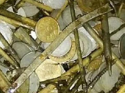 男子腹痛就医,医院检查发现胃里有许多硬币,手术后让人愣了