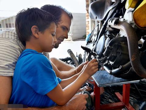 男子花费近14万元,为3岁儿子订制专属摩托赛车,只为继承遗志