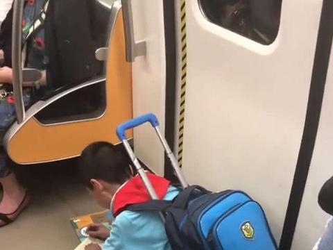 小男孩在地铁上跪着做作业,引众人点赞,网友:你跪着的姿势很帅