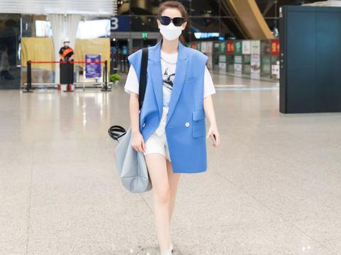 """戚薇穿超短裤,大秀白皙""""香肠腿"""",配蓝色马甲清爽极了"""
