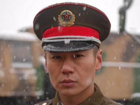"""他搭档吴京一炮而红,被称为""""军旅一哥"""",跑龙套15年成主角"""