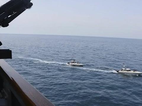 美航母战斗群被包围!远方隐约出现大批军舰,五角大楼下令:快撤