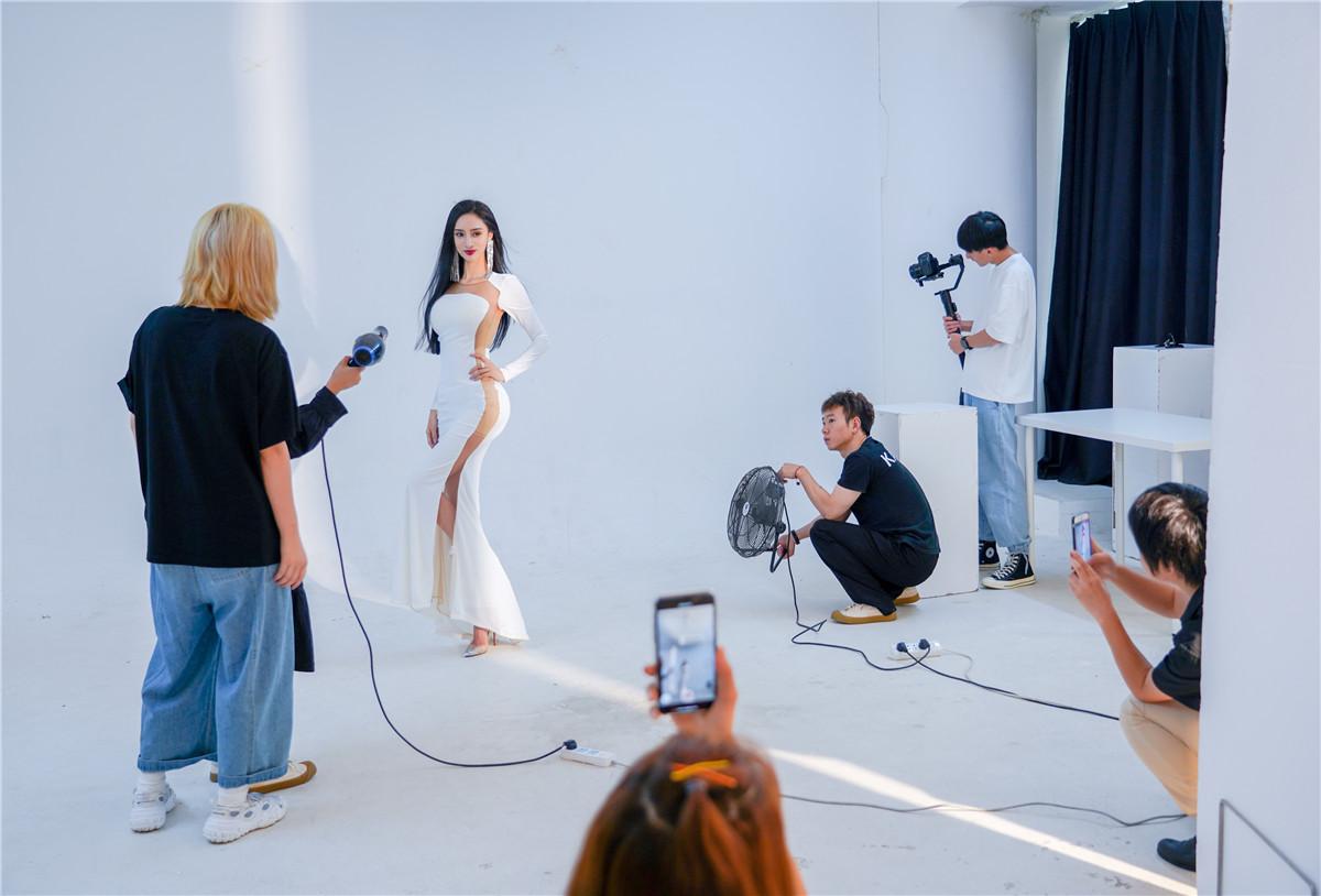 中国第一美腿车模吴春怡:我不介意别人叫我网红