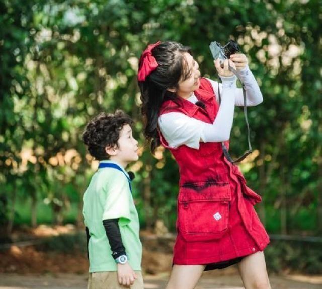 谭松韵穿红色口袋工装裙,卷发造型温柔可爱,颇有童话公主的味道