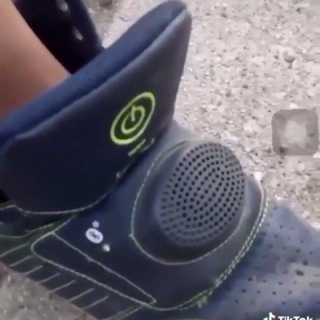 一位NBA YoungBoy铁粉的杰作,运动鞋中内置扬声器真的老潮流了!