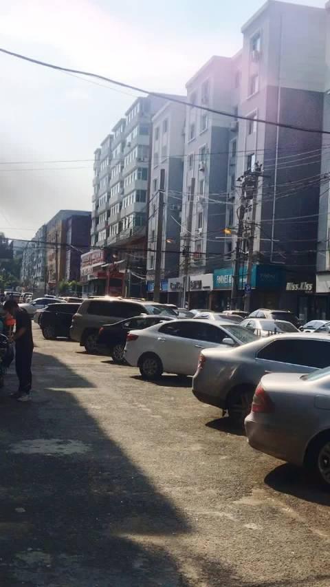 网友爆料:桂林路西康胡同与立信街 这灯亮一天了……