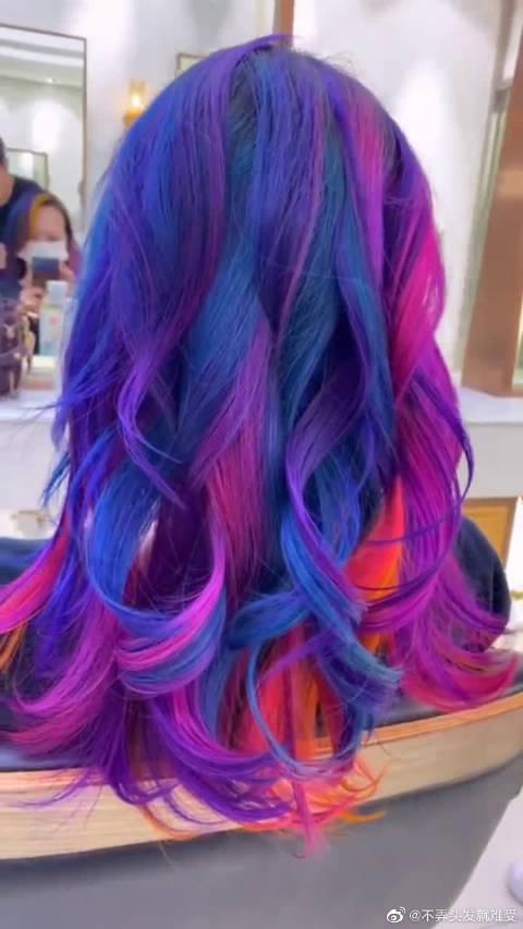 今年夏天最流行的彩虹发型,看到成品后,有种清凉的感觉!