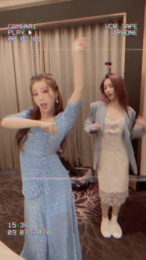 虞书欣身穿蓝色连衣裙跳舞,活脱脱一个迪士尼在逃公主艾莎……