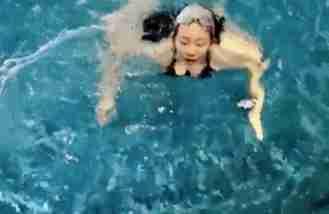 苗苗挺大肚游泳,素颜仍如少女般清纯!郑恺在旁陪伴大夸孕妻厉害