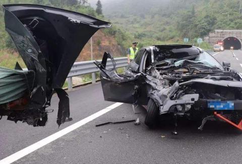 高速公路发生事故,该怎样处理?牢记这4步,做错可就麻烦了!