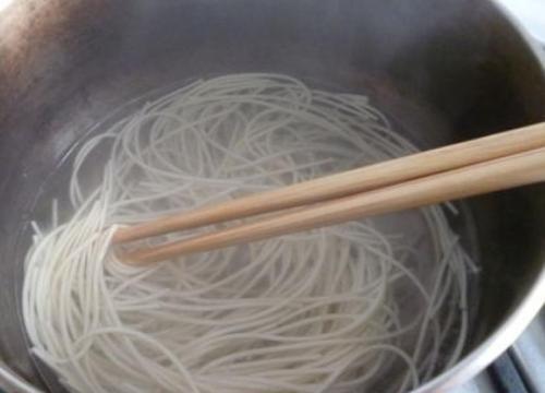 煮面时,最忌水开下锅,面馆老板提醒:牢记这些,面条才劲道好吃