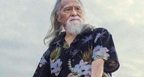 84岁王德顺仍沉迷健身,满满荷尔蒙味道,连52岁DJ女儿也冻龄!