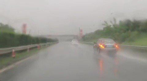 娄新高速因暴雨对三甲、坪上、金竹山、冷水江南收费站进行管制