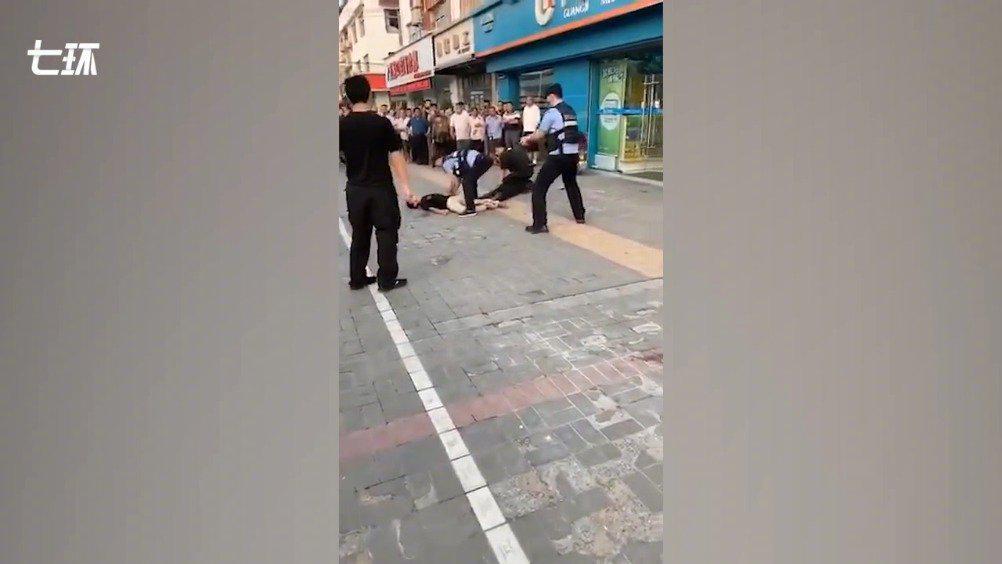 邻居谈淮安暴力袭警两嫌犯:名声差还啃老……