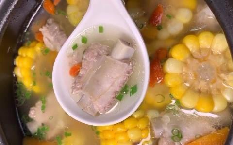 炖玉米排骨汤时,首先要选对器皿,其次挑选时令食材,切勿乱来!