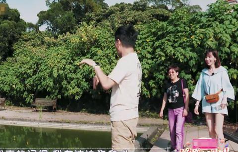 陈若仪故作踢林志颖入泳池,林志颖反击好惊险,两人玩心也太大了