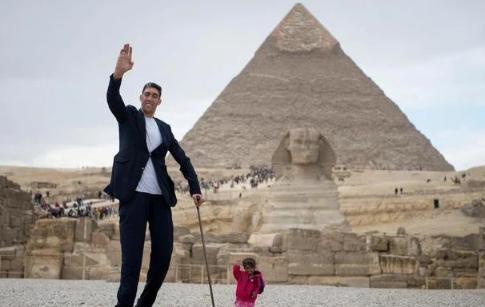 世界上最高的人有多恐怖,坎特到他肩膀附近,而姚明比他矮25公分