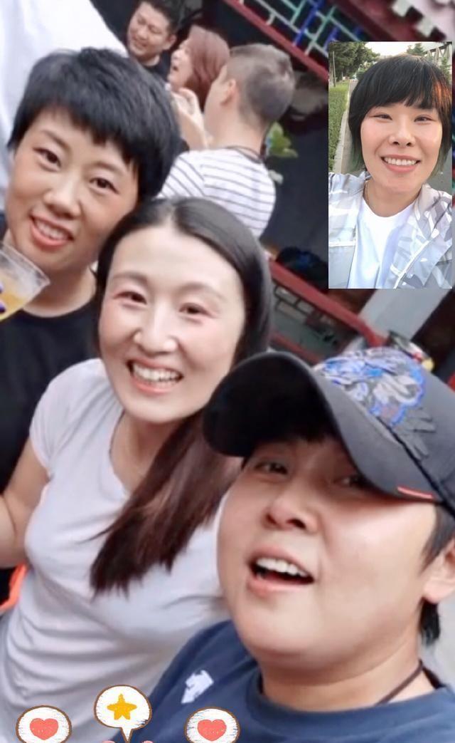 昔日短道速滑名帅王濛亮相,卸任后身材发福,与好友视频满脸笑容