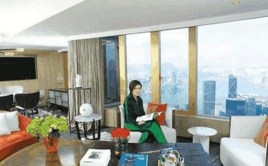 参观关之琳现实中的家,客厅能看见中银大厦,属于香港顶级豪宅