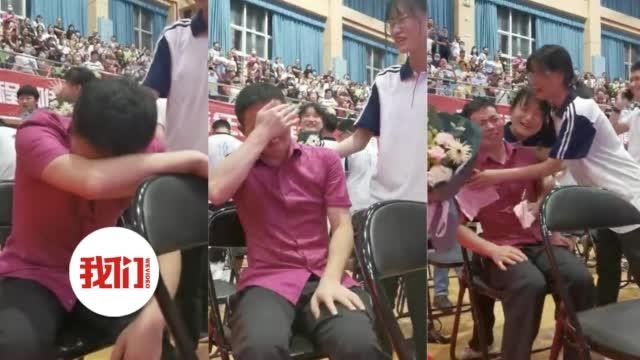 高三老师第一次送别毕业生哭泣
