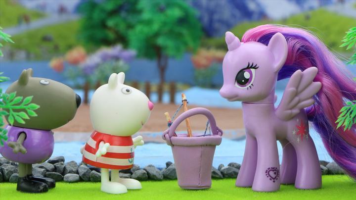 小猪佩奇和朋友们发现了大怪物,小马宝莉紫悦来帮忙