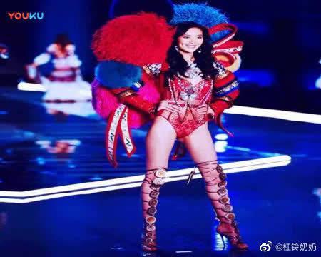 外国街头访问最喜欢的中国维密天使大表姐刘雯厉害了