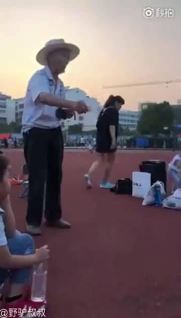 操场上一个拾荒的老爷爷 看见一个姑娘穿着破洞裤慌忙的的从口袋