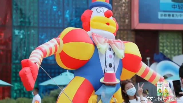 陈乔恩去欢乐谷少女心大爆发,杨迪最想要的工作竟是扮人偶?!