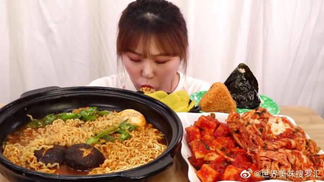 韩国女吃货,吃方便面、辣白菜、萝卜泡菜,看看这吃相,太过瘾了