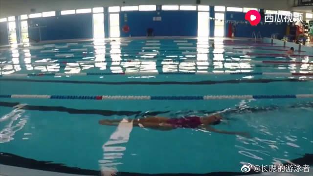 自由泳-仰面绕水